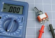 Figure 2-33. Quand l'interrupteur connecte deux de ses bornes, le multimètre affiche une résistance égale à zéro et émet un signal sonore si vous testez la continuité.