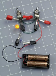 Figure 2-22. Des interrupteurs à bascule miniatures peuvent être associés à des pinces crocodile, mais gare aux courtscircuits.