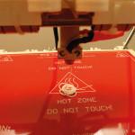 Extrusion du filament fondu par la tête chauffante d'une RepRap Prusa Mendel. (Source : RichRap)