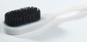 Prototype de brosse à cheveux combinant un matériau flexible et un matériau rigide Objet. (Source : Objet)